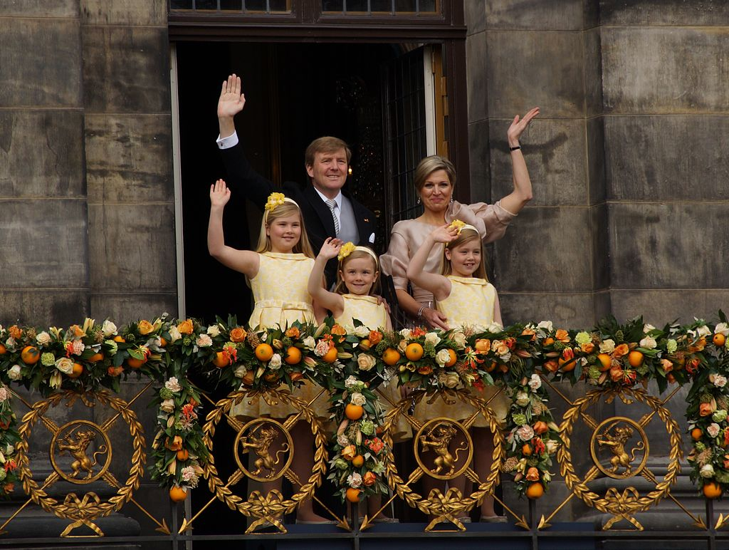 1024px-King_Willem-Alexander,_Queen_Maxima_and_their_daughters_2013